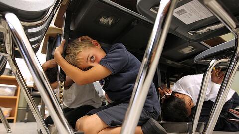 Estudiantes durante un simulacro de terremoto en California.