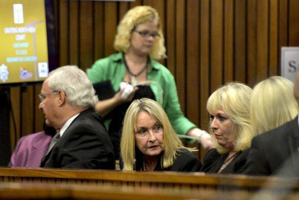Dijo que Steenkamp murió en sus brazos antes de que llegara la ambulanci...