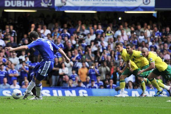 Una vez reanuadado el juego, Frank Lampard puso las cosas 2 a 1. Ejecutó...