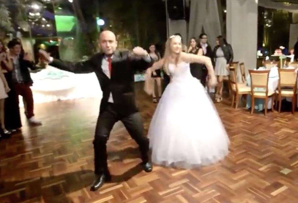 En el video, el papá y su hija empiezan a bailar el vals tradicional de...