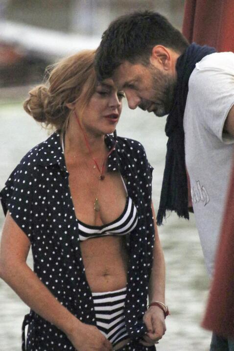 La actriz disfrutó de Grecia con un traje de baño a rayas y muchas, much...