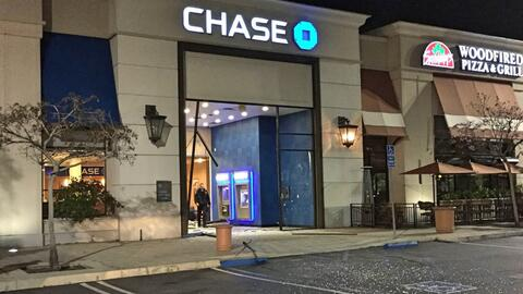 La grúa golpeó en reversa la puerta de cristal del banco C...