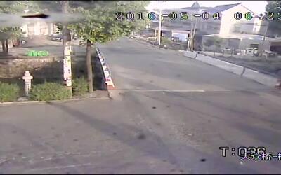 Un camión aplasta a un auto en segundos en China