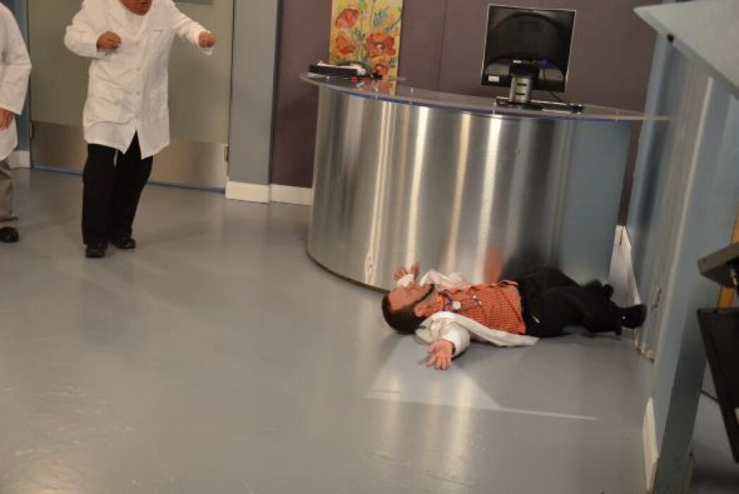 Así terminó el doctorcito después de intentar ver a la paciente con muy...