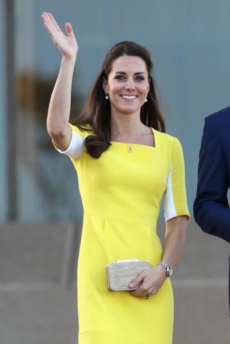 Hablando de curvas, a Kate más bien la caracteriza su delgada figura.Mir...