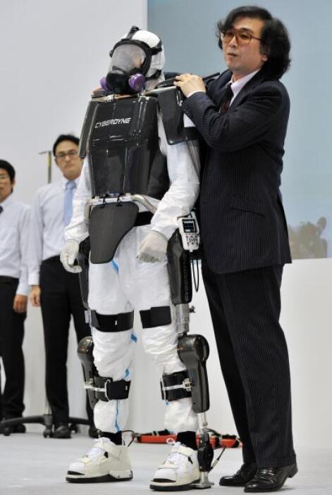 El traje robótico también cuenta con un ventilador en la espalda para li...