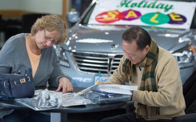 Firma de contrato en un concesionario de automóviles