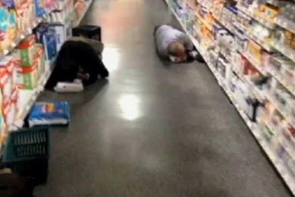 De igual manera, señala que la gente durmió así en un supermercado en At...