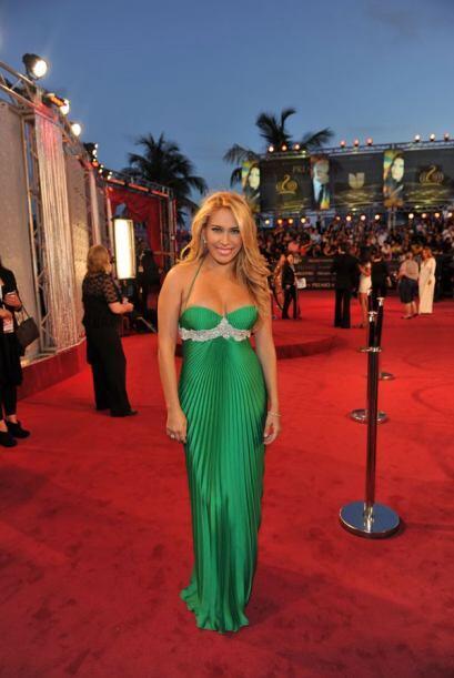 Ximena Duque se veía muy sensual con ese vestido verde con pliegues.
