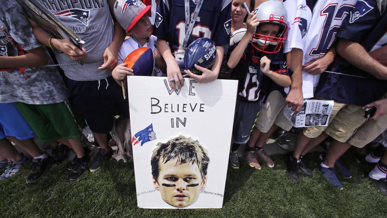 Fans del pasador de los Patriots demostraron su apoyo al jugador durante...