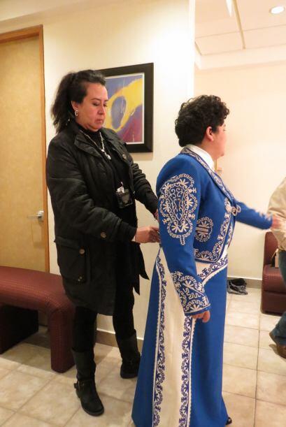 Así que le dieron a probar un espectacular traje azul de mariachi.