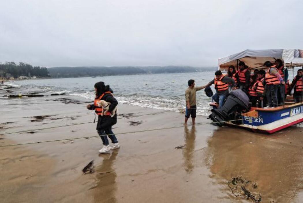 El remero Emilio Gutiérrez pasea turistas por el río Maule y, con disimu...