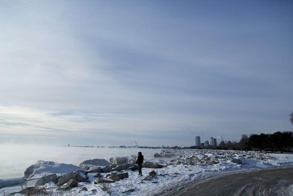 El hielo se acumula a lo largo del lago Michigan creando un paisaje &uac...