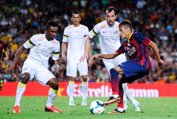Ya en el campo, el Barcelona enfrentó al Santos de Brasil en una...