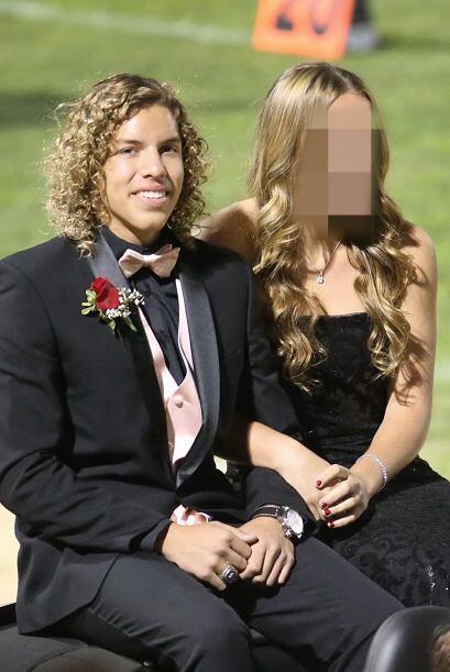 El joven se paseó con su pareja en un auto convertible. Fue uno d...