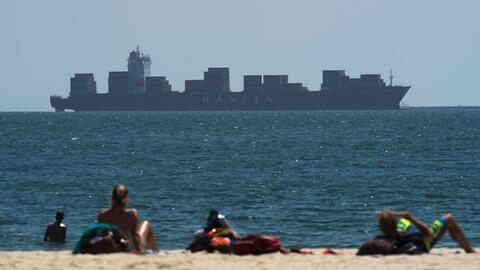 Un buque carguero de la empresa surcoreana Hanjin en las aguas de Long B...