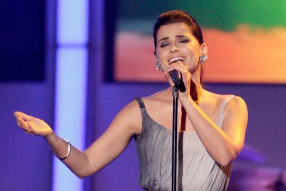 El homenaje arrancó con la belleza de Nelly Furtado.