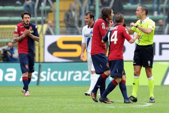 Varios jugadores del visitante, Cagliari, protestaron al árbitro al fina...