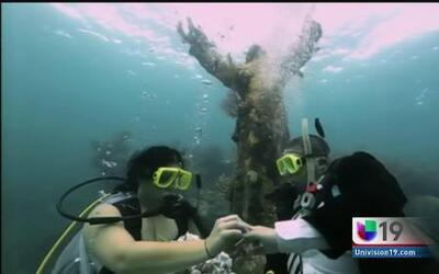 Se juran amor eterno bajo el agua