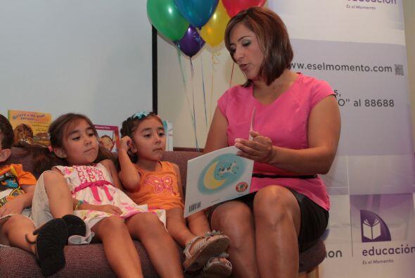 Martha Minjárez  leyendo a los niños. La lectura es una de...