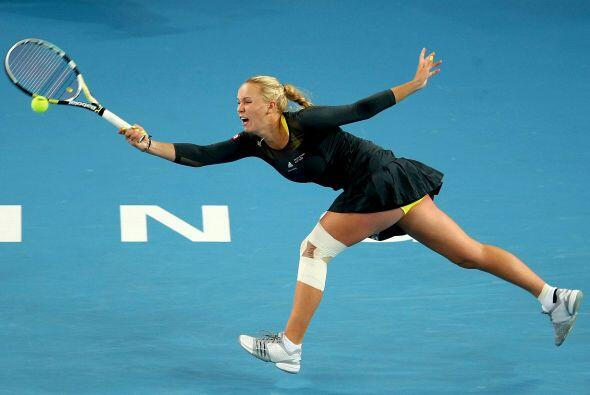Wozniacki regresa un tiro a su adversaria con un derechazo.
