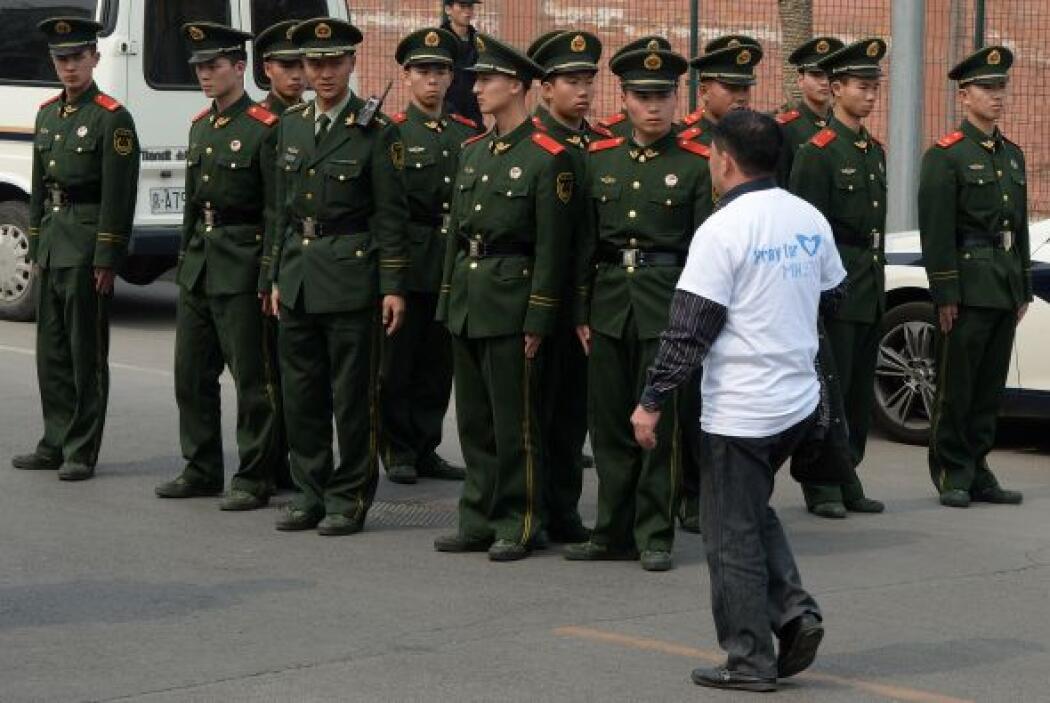 Los manifestantes fueron escoltados por la Policía china, que también es...