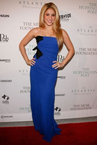 También la hemos visto con sensuales y elegantes vestidos azules como es...