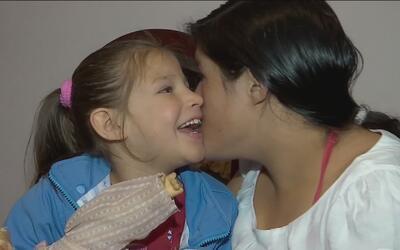 Mujer que lucha para sacar adelante a su hija con parálisis cerebral tie...