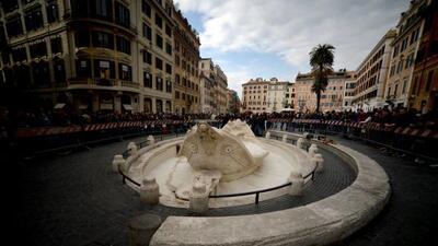 La fuente de la 'Barcaccia' de Bernini de la Plaza de España presentó da...
