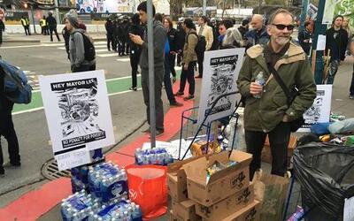 """Los manifestantes montaron un campamento de indigentes cerca de """"Super B..."""