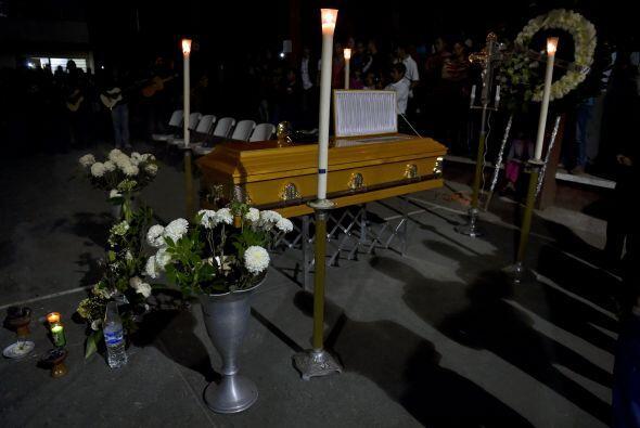 Con velas, flores y rezos, amigos y familiares despidieron a Julio César...