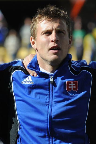 Él es Ján Ďurica  y se desempeña como defensa o lat...