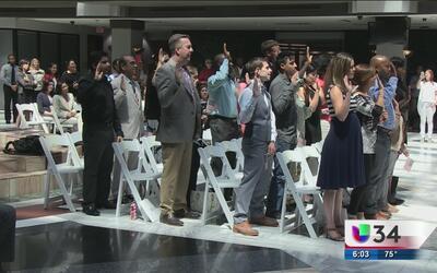 El alcalde de Atlanta entrega ciudadanía a una decena de residentes