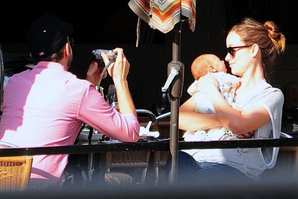 Olivia disfrutó de un refrigerio en compañía de su pareja Jason Sudeikis...