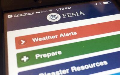 El huracán Emilia baja a categoría 2 sobre las aguas del océano Pacífico...