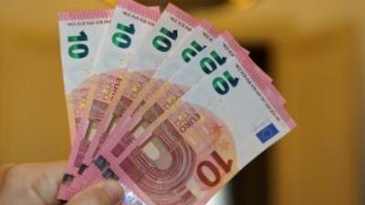 El nuevo billete de 10 euros es de un color rojo más intenso que el prim...
