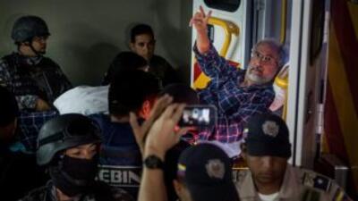 Agentes del Servicio Bolivariano de Inteligencia Nacional (SEBIN) trasla...