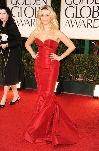 Otra que deslumbró en la alfombra de ese año fue Reese Witherspoon con u...