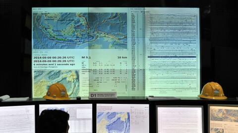 Foto de archivo muestra a sismólogos analizando los datos de un sistema...