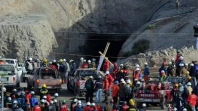 Nuevos derrumbes obligaron a equipos de rescate a retroceder y en el res...