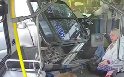 En Video: un conductor pierde el control de su auto e impacta un autobús
