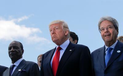 Donald Trump en Sicilia entre el presidente de Guinea, Alpha Conde, y el...