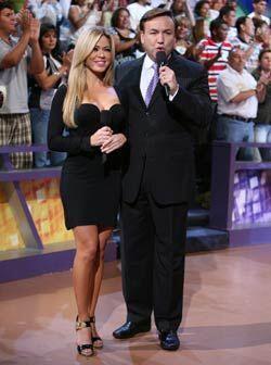 Al lado de Javier Romero, Claudia presenta algunos segmentos del programa.
