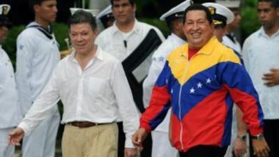 El presidente de Colombia, Juan Manuel Santos recibió en Santa Martha a...