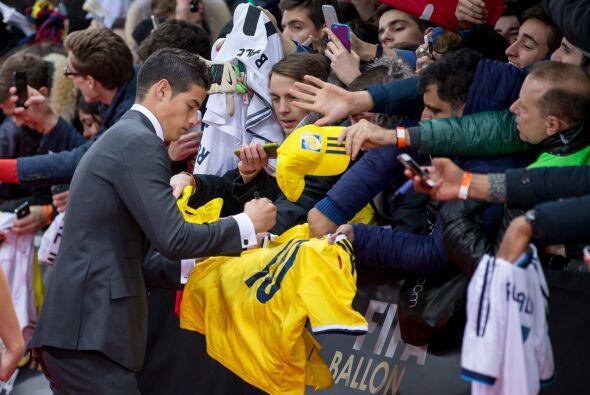 James Rodríguez se tomó el tiempo de dar autógrafos a los aficionados qu...
