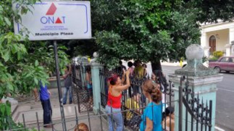 Un grupo de cubanos en las oficinas de la administración tributaria de l...