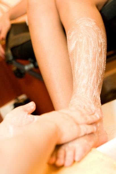 Exfoliarte antes de rasurarte, además de ayudar a remover las células mu...