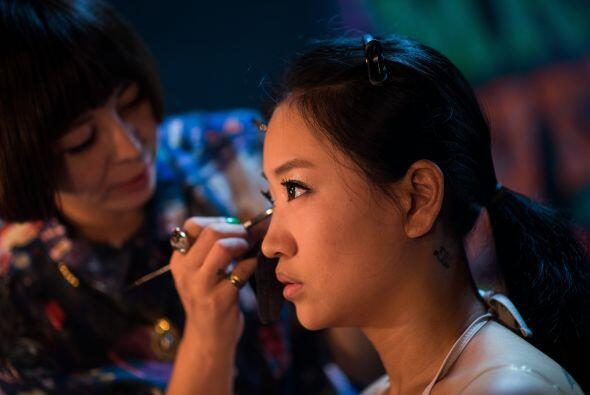 Cuidando cada detalle del maquillaje.