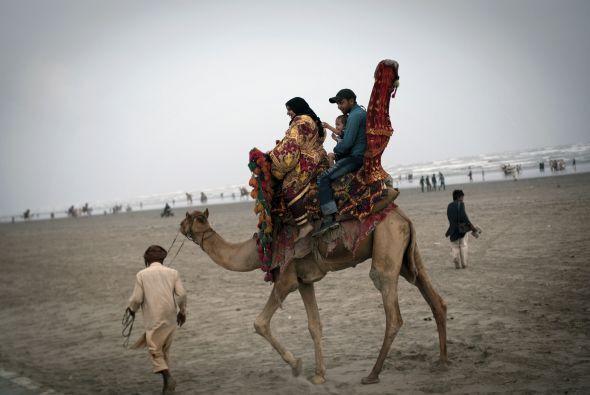 Una familia llega a uno de los concursos del festival.