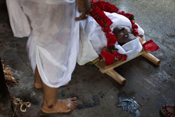 Sanjivi Natajaran se encuentra al lado del cuerpo de su hermano Sridhar,...